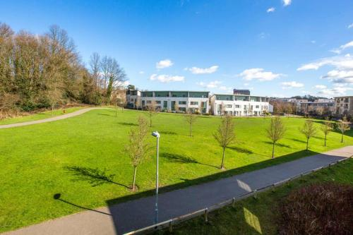 Park Views and Private Balcony! Brentwood Serviced 2 Bed Apartment Secure Parking Next to Train Station
