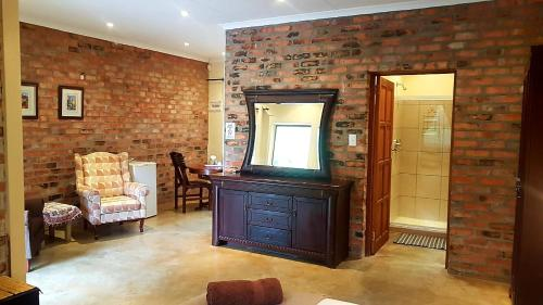A television and/or entertainment centre at Maretlwane Guesthouse