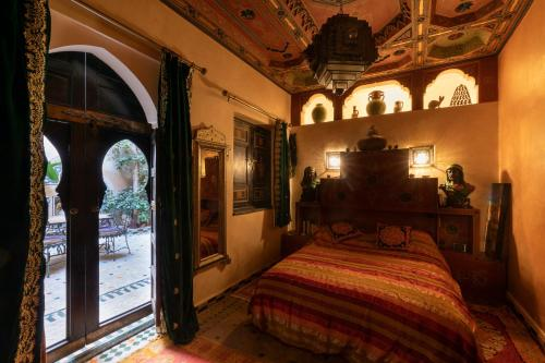 A bed or beds in a room at RIAD MAKENE MOUCHKILL