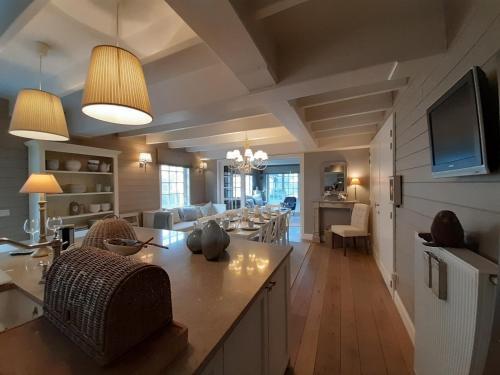 Een zitgedeelte bij charming holiday home casa-cosi with private sauna