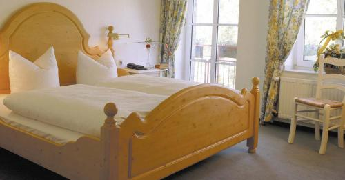 A bed or beds in a room at Land-gut-Hotel Lohmann