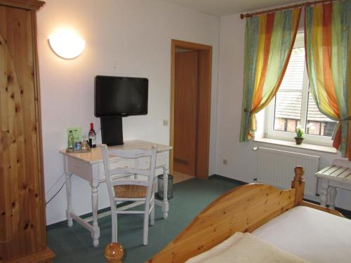 A television and/or entertainment center at Land-gut-Hotel Lohmann