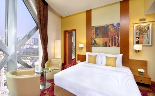 A bed or beds in a room at City Seasons Towers Hotel Bur Dubai