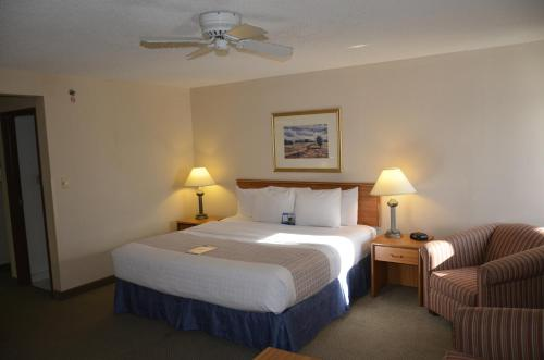 A bed or beds in a room at Baymont by Wyndham Davenport