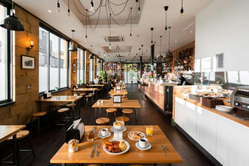 A restaurant or other place to eat at London City Airport Hotel