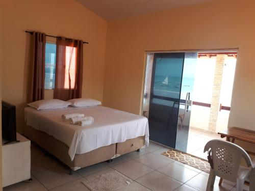 A bed or beds in a room at Chalés Canto do Mar