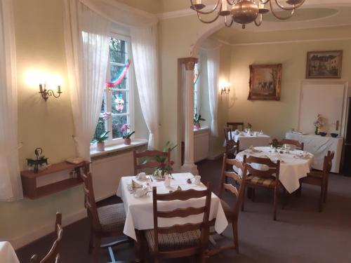 Ein Restaurant oder anderes Speiselokal in der Unterkunft Pension Marienhof