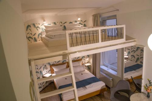 A bunk bed or bunk beds in a room at Fritz im Pyjama