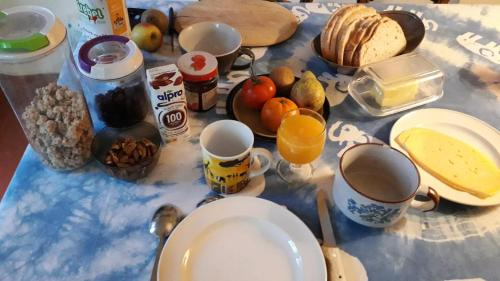 Breakfast options available to guests at Chez Mimi - chambre vue parc