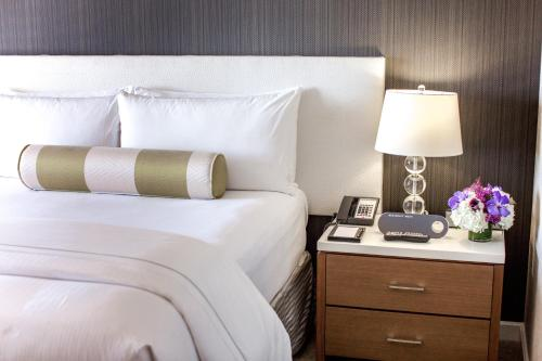 A bed or beds in a room at InterContinental Los Angeles Century City at Beverly Hills, an IHG hotel