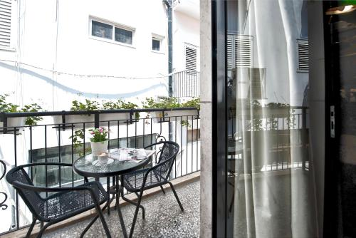 A balcony or terrace at Montefiore 16 - Urban Boutique Hotel