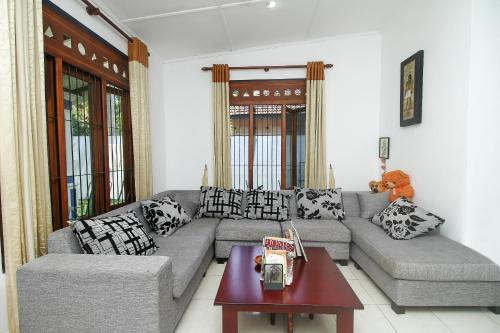 A seating area at Feel Homestay