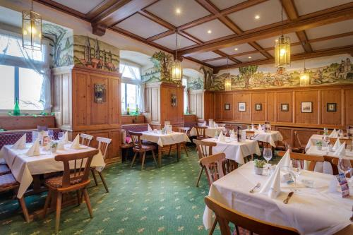 A restaurant or other place to eat at Hotel Schloss Nebra