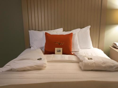 A bed or beds in a room at 1000 Islands Harbor Hotel