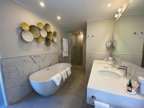 A bathroom at Fairmont Royal Pavilion Barbados Resort