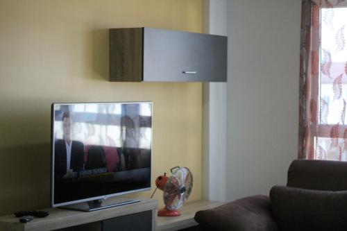 Una televisión o centro de entretenimiento en Apartamento Vacacional Aspe