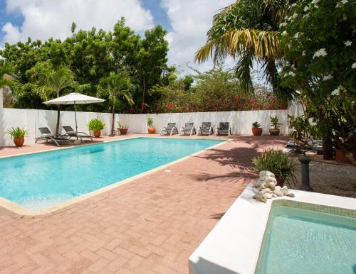 A piscina localizada em B&B Sombre di Kabana ou nos arredores