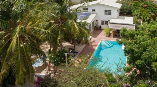 Uma vista da piscina em B&B Sombre di Kabana ou nos arredores