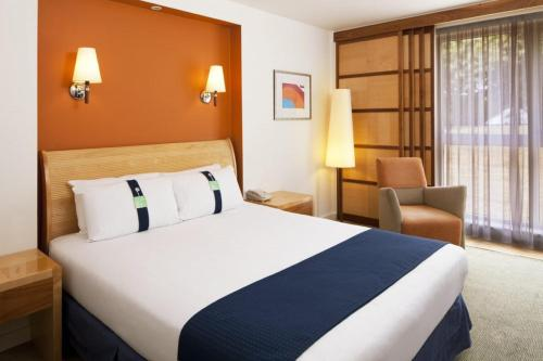 A bed or beds in a room at Holiday Inn Fareham Solent