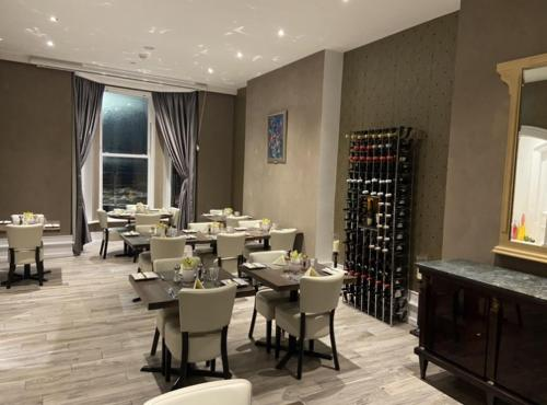 A restaurant or other place to eat at Halvard Hotel