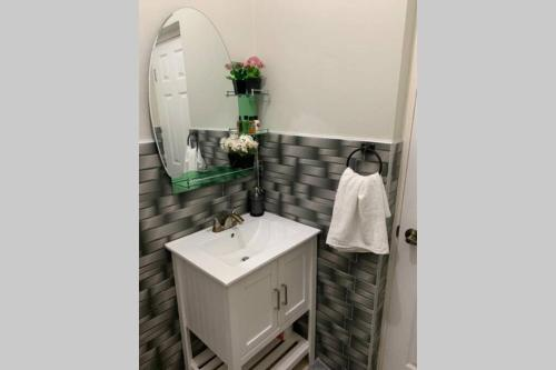A bathroom at Secure, Modern, Central Apt in Kingston