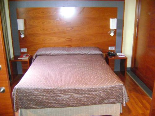 A bed or beds in a room at F&G Logroño