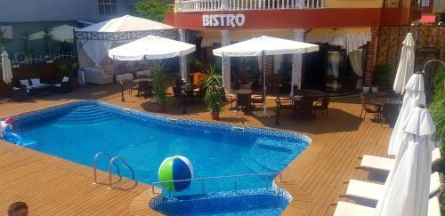Вид на бассейн в Cantilena Hotel или окрестностях