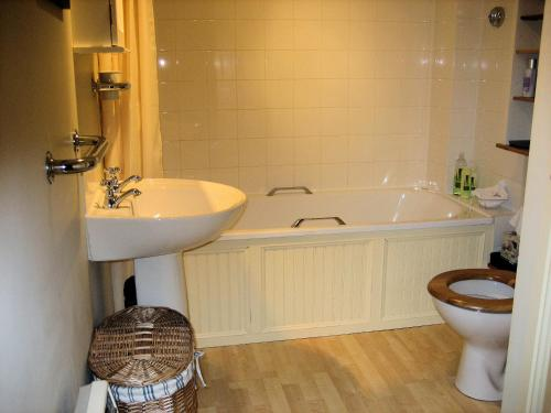 A bathroom at Old Quarry Cottage