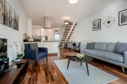 Tailored Stays - Flamsteed Duplex Apartment