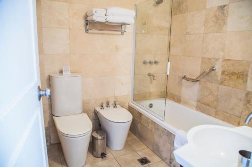 A bathroom at Huentala Hotel