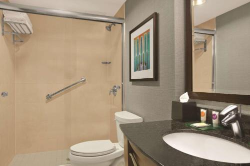 A bathroom at Hyatt Place New York/Midtown-South