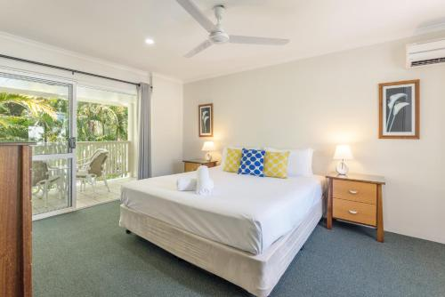 A bed or beds in a room at Tropical Nites Holiday Townhouses