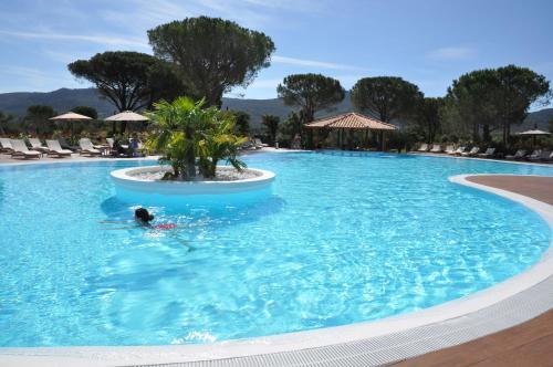 Het zwembad bij of vlak bij Résidence Salina Bay