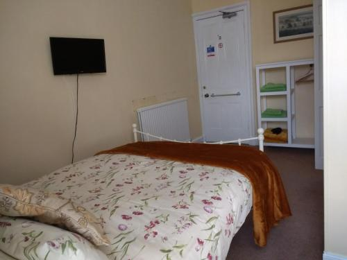 A bed or beds in a room at Lindores Guesthouse