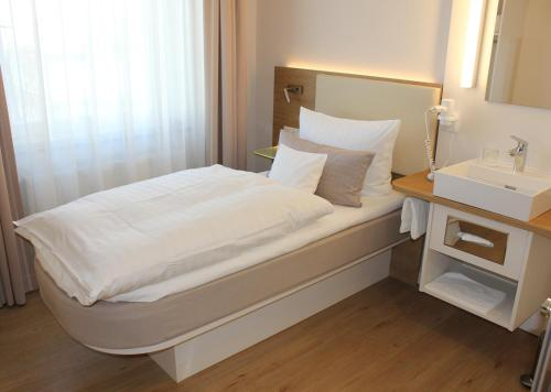 Ein Bett oder Betten in einem Zimmer der Unterkunft Stüttgens Hotel