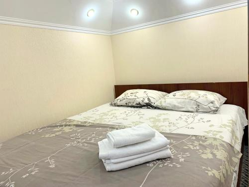 A bed or beds in a room at Lanzheronovskaya street