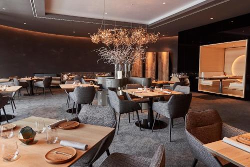 Een restaurant of ander eetgelegenheid bij Kempinski Hotel Berchtesgaden