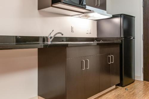 A kitchen or kitchenette at Motel 6-Headingley, MB - Winnipeg West