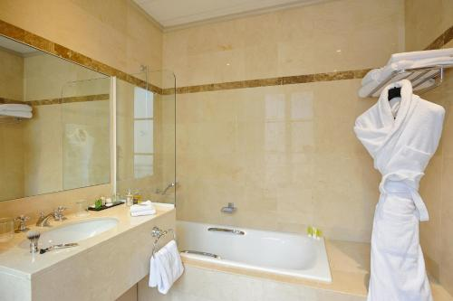A bathroom at Hotel Royal Saint Honore Paris Louvre
