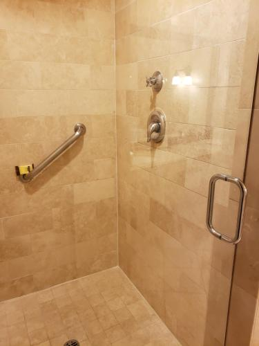 A bathroom at Best Western Plus Sunset Plaza Hotel
