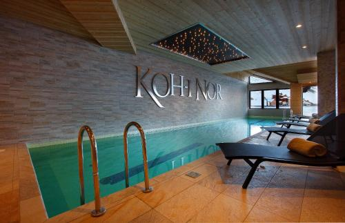 The swimming pool at or close to Hotel Koh-I Nor Val Thorens