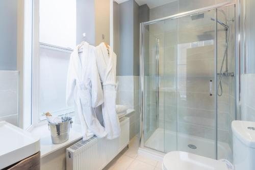 A bathroom at Shipquay Boutique Hotel