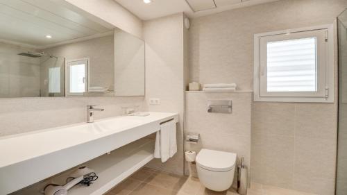 A bathroom at Hotel Illa d'Or & Club Apts 4* Sup