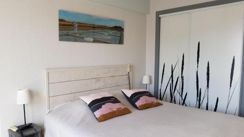 A bed or beds in a room at Les Yeux Bleus Bed & Breakfast
