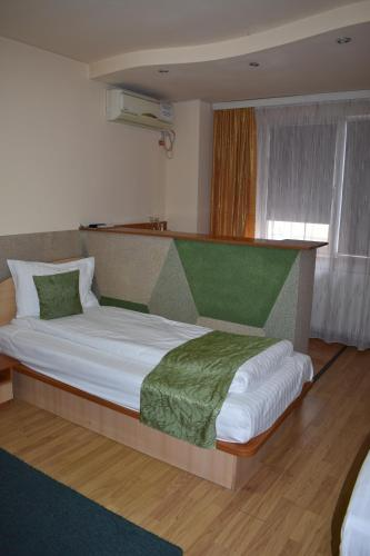 A bed or beds in a room at Hotel Zimbru