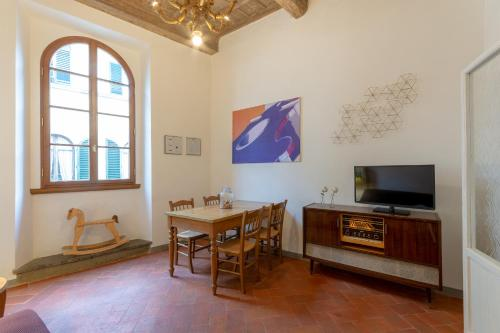 A television and/or entertainment center at Sant Agostino 2 - Oltrarno