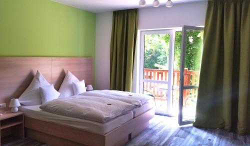 Ein Bett oder Betten in einem Zimmer der Unterkunft Neue Mühle Hotel & Restaurant