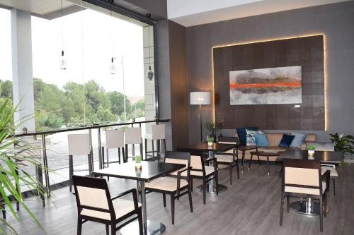 A restaurant or other place to eat at azz Valencia Congress Hotel&Spa