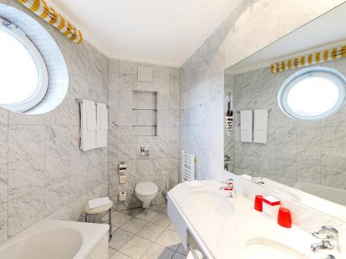 Ein Badezimmer in der Unterkunft DORMERO Hotel Halle