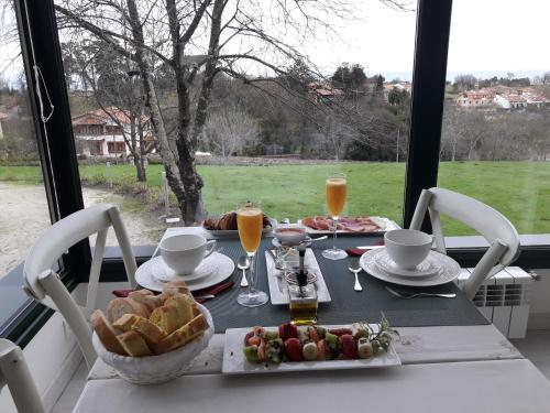 Breakfast options available to guests at Hotel Rural La Raposera